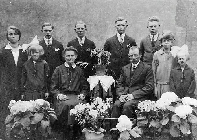 De familie Roelofsen bijeen t.g.v. het 25 jarig huwelijksfeest van het echtpaar Roelofsen- Ploeg. Op de foto