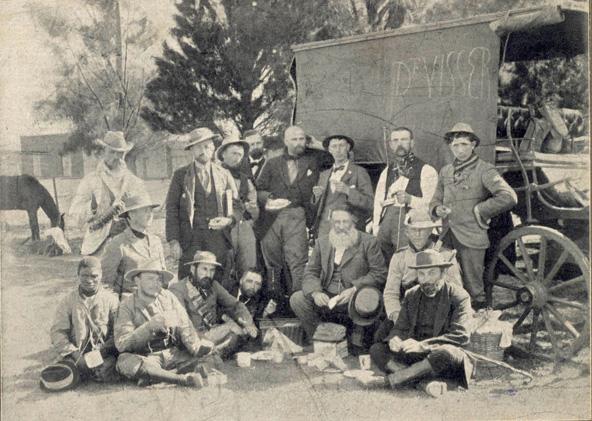 Joubert, zittend derde van rechts, met zijn boeren- staf in 1898.