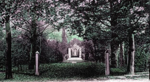 Het graf van J.R. Wellenberg, zijn vrouw en een jong gestorven kind aan de oostzijde van het landgoed. In 1905 werden zij overgebracht naar de Begraafplaats Zuid aan de Van Limburg Stirumweg te Oosterbeek.