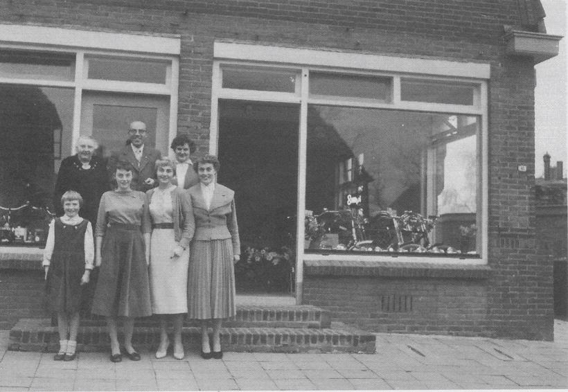 De familie Grootenhaar voor hun pand 41-41a na de samenvoeging van beide winkels.