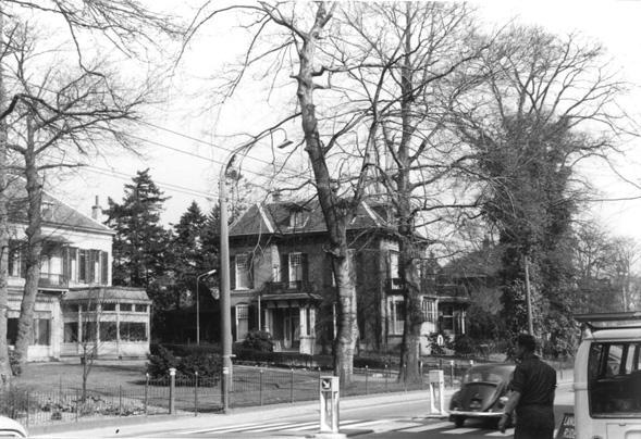 Rechts villa Doristeti dat Nedermeijer van Rosenthal, naar een ontwerp van de architect A.M. Steenis in 1905 liet bouwen door de Oosterbeekse aannemer Evert de Geest. Links de villa Overdal.