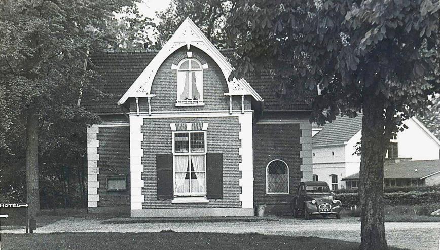 De portierswoning van Hartenstein op de westhoek Talsmalaan/Utrechtseweg. Lange tijd het woonhuis van de schilder Herman Romijn. Op de achtergrond het koetshuis van Hartenstein.