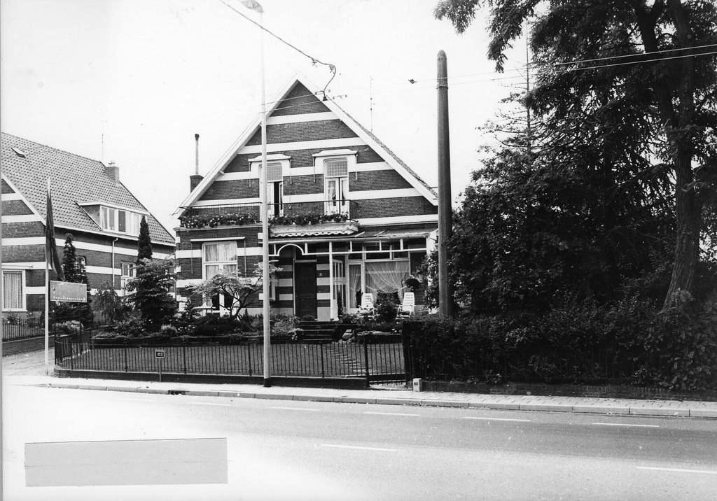Tussen de twee panden de ingang naar tuincentrum Berns. Rechts het voormalige huis van de gebroeders Bijvoet Boomkwekers. Links het pand dat sneuvelde ten koste van voorgenomen nieuwbouw ter plekke.