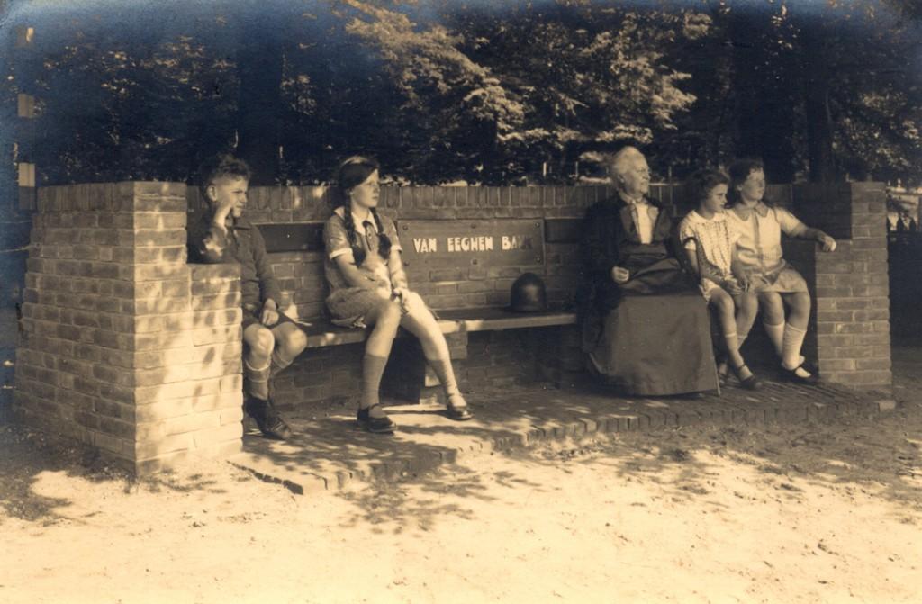 """Cateau van Eeghen op de Van Eeghenbank kort na de aanbieding in 1928 met links twee kinderen Kristensen (later wonend op """"Roestenburg"""")en rechts van haar 2 kinderen van de familie Heldring, (wonend op """"Rijnheuvel"""")."""