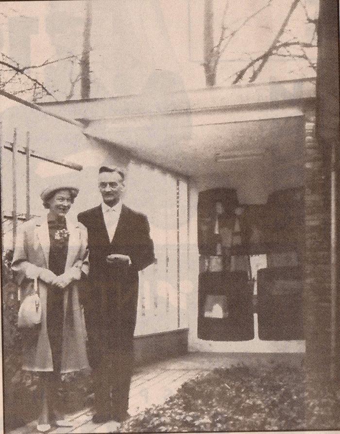 Het echtpaar Masselink voor hun bungalow op de Pietersbergseweg 50. Het werd door de architect D. Masselinh in 1953 ontworpen en gebouwd. Achter hen de muurschildering, een polychroom abstract van de Oosterbeekse kunstenaar Jan Teerink, dat nabij de voordeur van het huis, zichtbaar vanaf de straat, was aangebracht. Masselink was o.a. de architect van het kantinegebouw van de Enka in Ede, een rijksmonument dat in 2013 geheel gerenoveerd werd. Het huis van Masselink viel echter in 1998 onder de sloophamer.