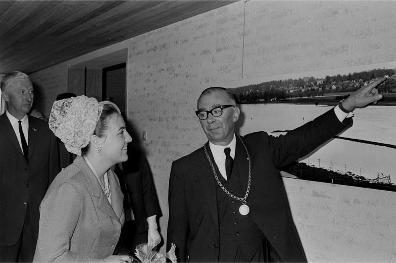 Burgemeester D. Matzer van Blooijs en prinses Margriet bij de opening van het nieuwe stadhuis van Renkum, 22 mei 1966