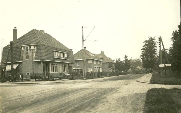 Het kruispunt met de Emmastraat/ Prins Bernhardweg. Links het huis op nummer 15-17, gebouwd in 1927 en inmiddels sterk veranderd. Daar achter het nog steeds herkenbare twee onder een kap op 11-13, gebouwd in 1926.