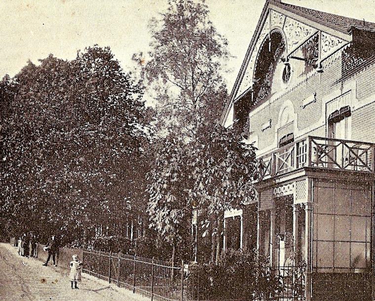 """Pension """"Oosterzicht"""" gelegen naast de eerste gereformeerde kerk aan de Toulon van der Koogweg."""