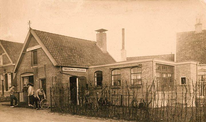 Op de oosthoek van de Vogelweg met de Nedermeijer van Rosenthalweg ligt sinds mensenheugenis de smederij van Nijhuis.