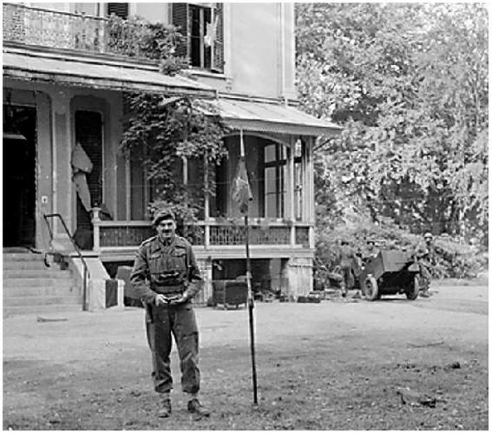 """Generaal Urquhart op 22 september achter huis """"Hartenstein"""" zijn tijdelijk hoofdkwartier."""