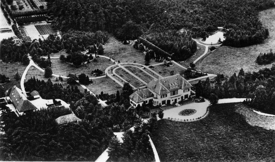 De villa Groot-Oorsprong of Hoog-Oorsprong met bijgebouwen rond 1929