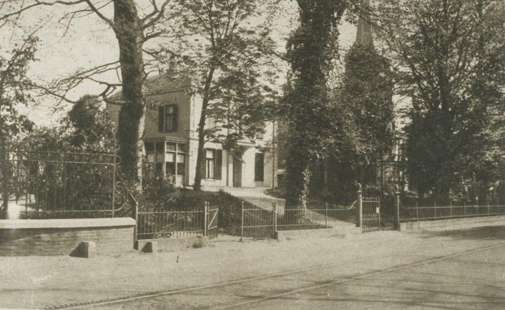 De villa Schooneveldheuvel met rechts daarvan de pastorie van de St. Bernulphuskerk.