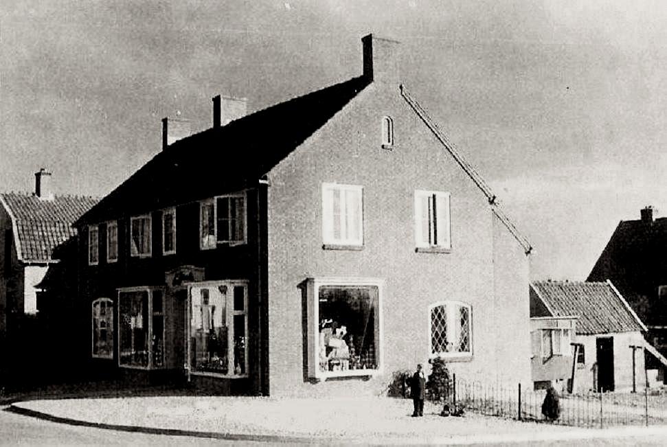 In het in 1949 nieuw opgetrokken pand op de oosthoek van de Emaastraat met de Vogelweg trof men in de jaren `50 en `60 een VIVO-winkel. In later jaren vestigde er een winkel voor maritieme zaken