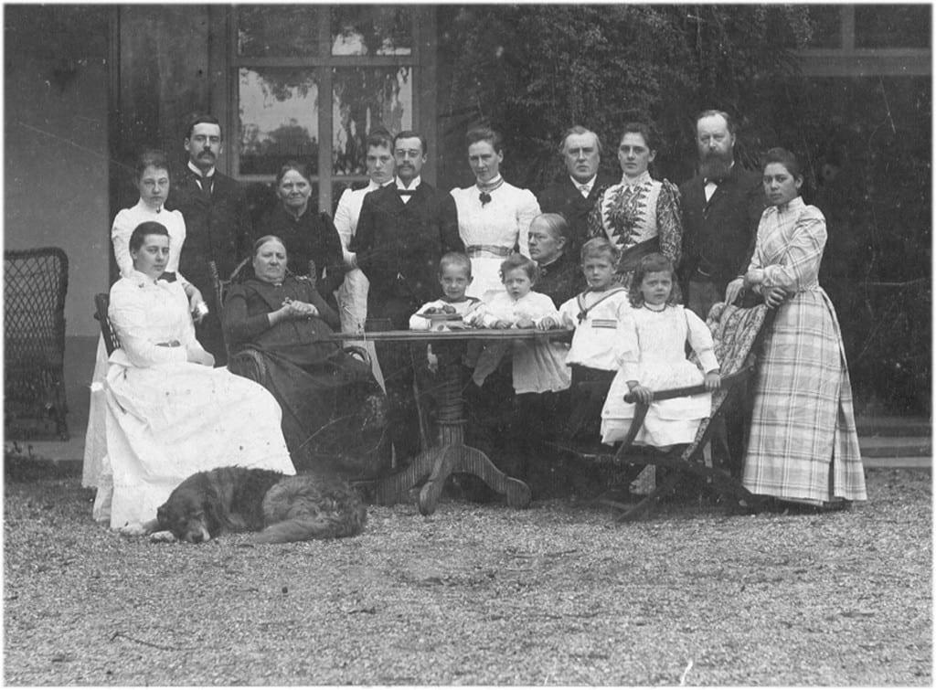 """Een familiebijeenkomst ten huize """"Valkenburg"""" met de vrouwe des huizes"""