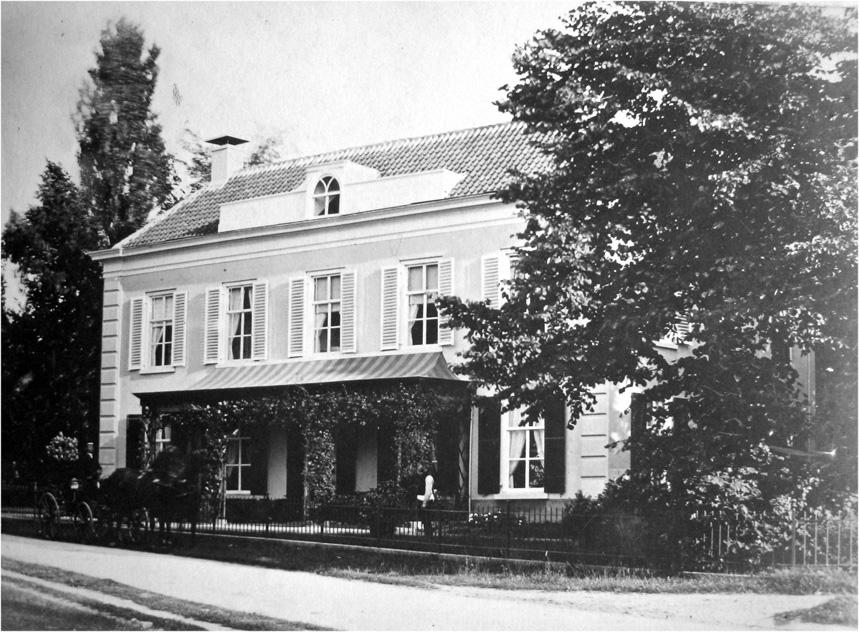 """De villa """"Valkenburg"""" in 1845 in opdracht van Wolterbeek gebouwd op een perceel van 7 ha. tussen de latere Van Borsselenweg, de Utrechtseweg de Van Lennepweg en het landgoed """"de Oorsprong""""."""