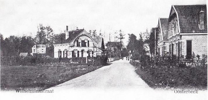 """De Wilhelminastraat ten zuiden van de Jacobaweg met links villa """"Vrede"""" en daarvoor een bouwland waar in later jaren een woning en het pand van de Coöperatieve Vereniging """"Werkmansbelang"""" zou worden gebouwd."""