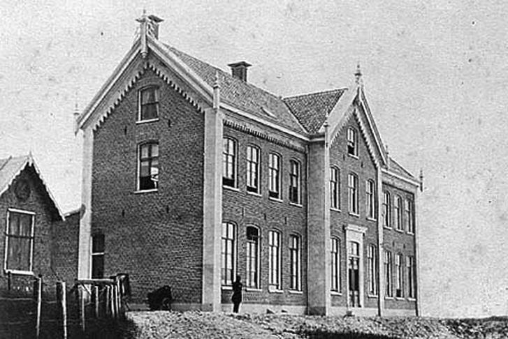 Links boven het Badhuis voor Minvermogenden en het pension voor vrouwen en kinderen van mejuffrouw M. A. Wolterbeek Villa Maris