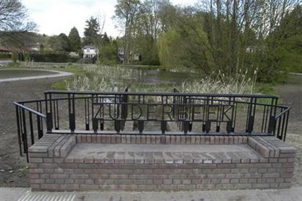 Duiker met zitbank boven de duiker van de Zuiderbeek bij de Benedendorpsweg. Op de achtergrond de vijver.