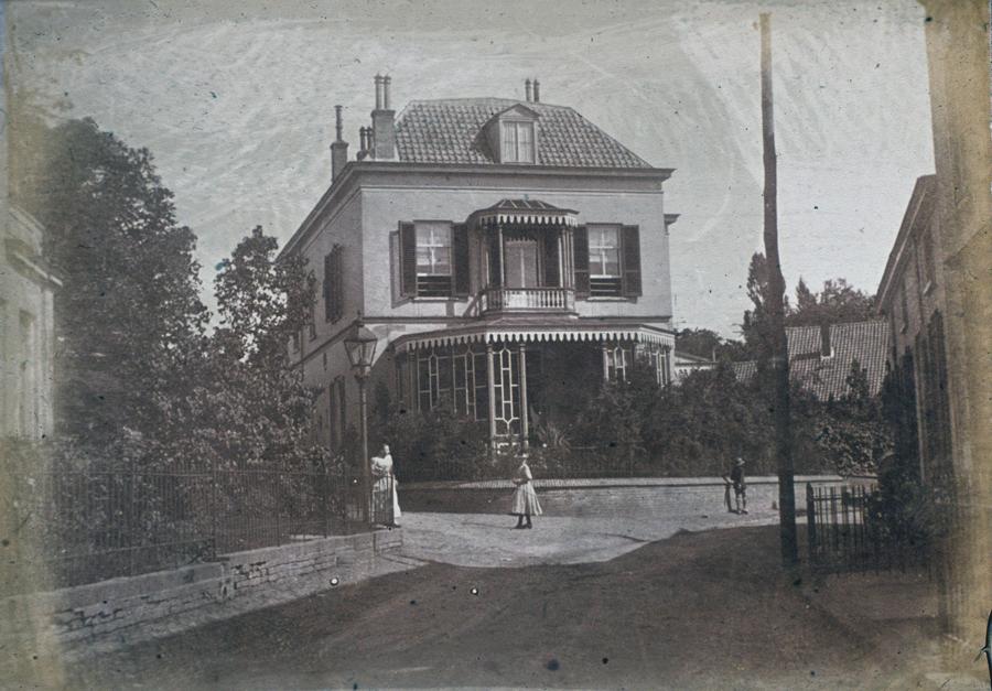 """het pand van de drogist T.C. van Rijn toen het nog als woonhuis dienst deed. Burgemeester Toulon van der Koog woonde er enige tijd voordat hij huis """"Hoogerheide"""" betrok."""