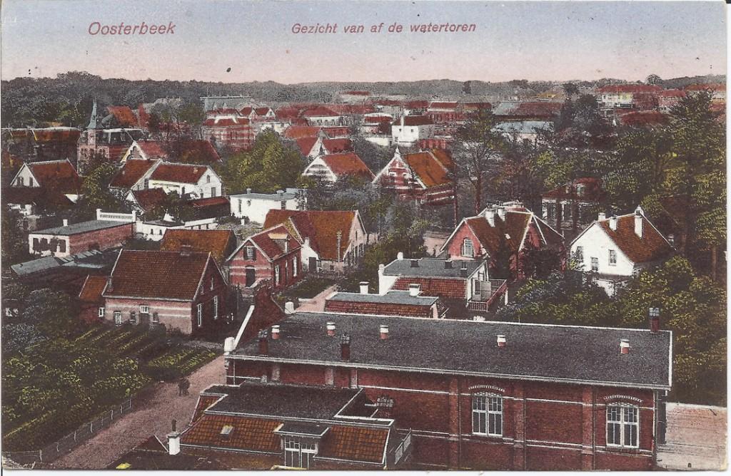"""Op de voorgrond het gemeenschapshuis """"Thabor"""". Daarboven op de westhoek van de Molenweg met de Utrechtseweg het café biljart"""
