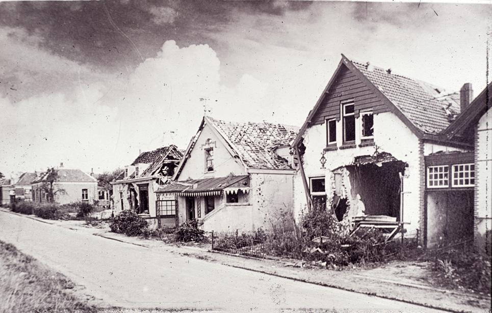 Het derde pand van rechts is de zwaar beschadigde winkel van bakker Schildering. In 1948 verscheen ter plekke een nieuw pand waarin bakker Schildering zijn bedrijf voortzette, nu op nummer 88.