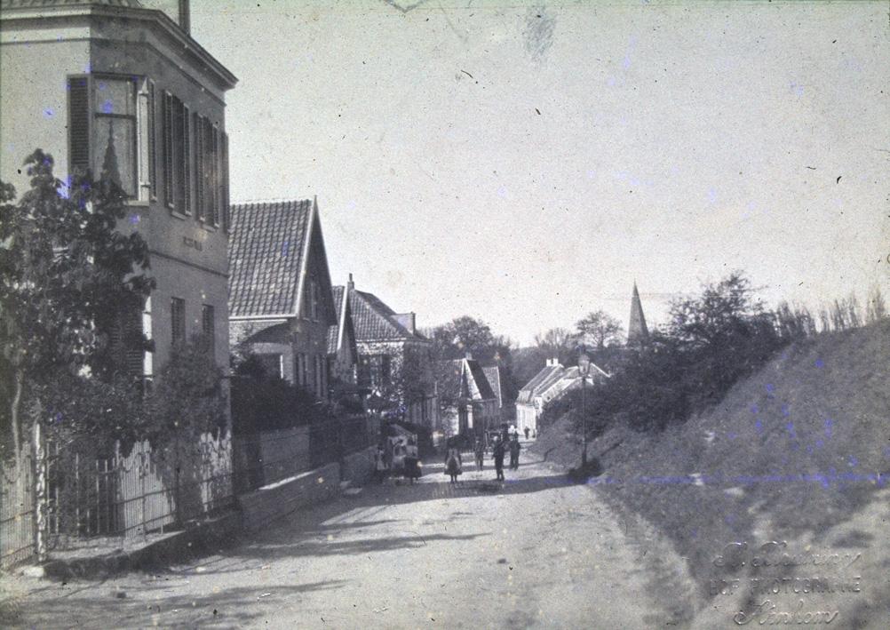 """Vanaf villa """"Bella Vista"""", links, zicht op de herberg """"De Ploeg""""., met daarnaast """"De Parre"""", later """"Betuwezicht"""", enige jaren het woonhuis van de schilder J.W. Bilders."""