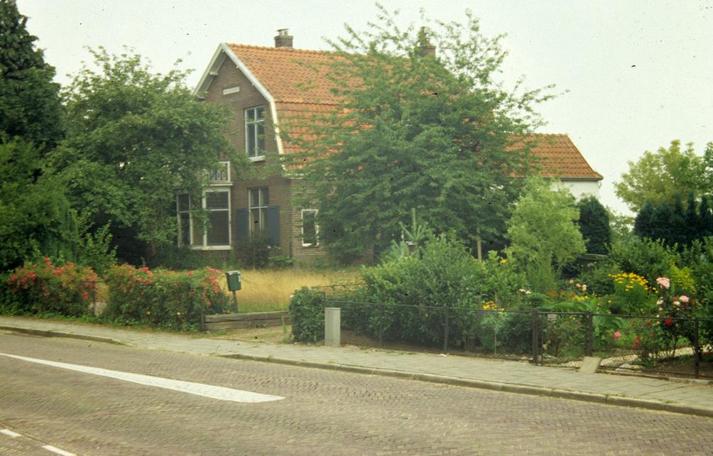 Op de plek van het huis op nummer 102 treffen we nu nieuwbouw uit 1998.