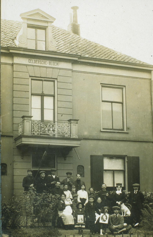 """Een niet geïdentificeerde familie voor de """"Gelders(ch)e Blo(e)m"""", rond 1900."""