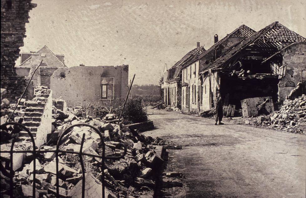 De plek van de zojuist bekeken panden aan de Benedendorpsweg aan het einde van WOII.