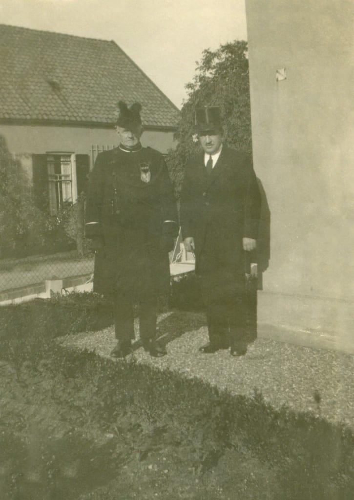 Voor de steenhouwerij Van Heek aan de Paasberg 22, rechts de begrafenisondernemer/ steenhouwer Hermanus Wilhelmus van Heek. Op de achtergrond het huisje op Keerweer