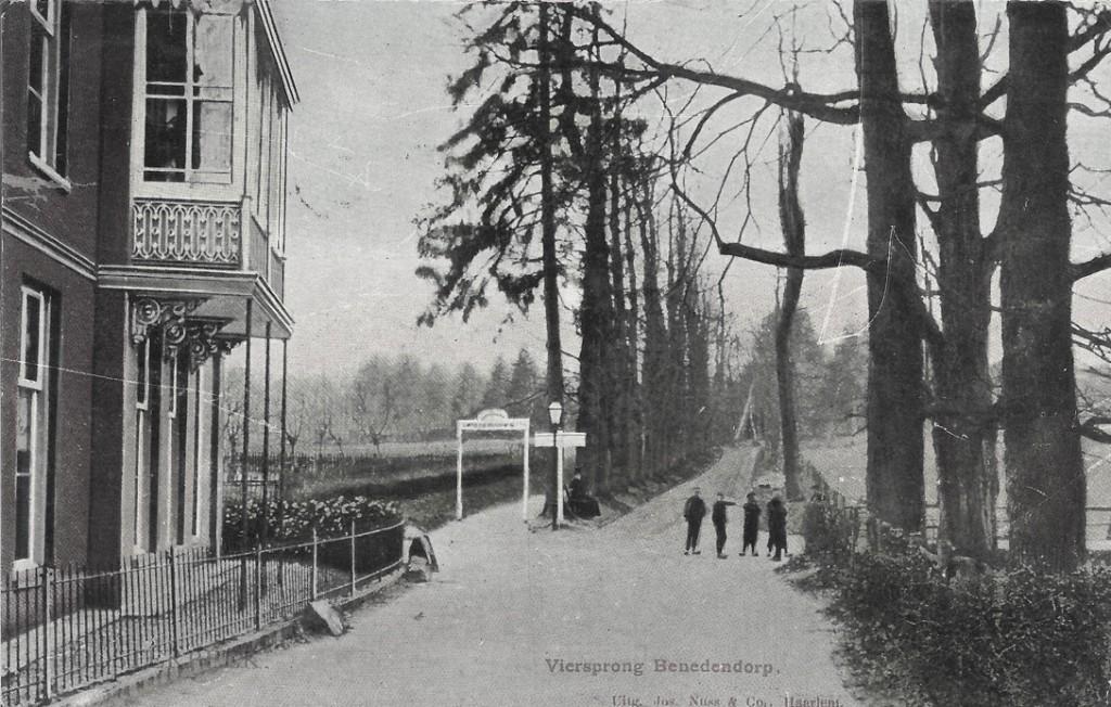 """Links de aangehangen serre van villa """"Schoonzicht""""."""