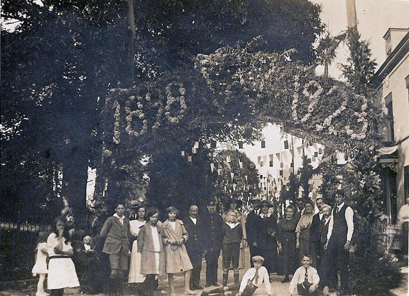 """In 1923 werd voor """"Rozenhove"""" een erepoort opgericht t.g.v. het 30 jarig koningschap van Wilhelmina."""