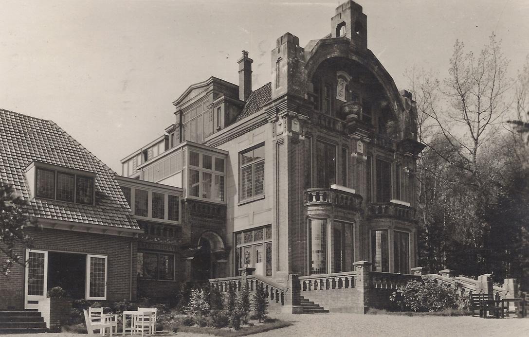 De Bilderberg-Hoeve op de kruising Graaf van Rechterenweg met de Oranjeweg.