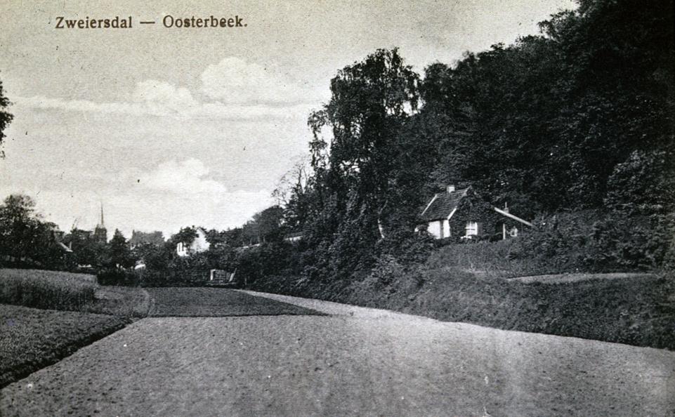De twee in het Zweiersdal gelegen huizen aan de oosthelling. Vooraan het tuinmanshuisje van Bato`s Wijk en daarachter in het verschiet de woning nabij het huis van Hooijer.