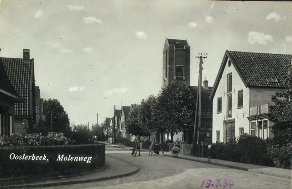 De Molenweg op de hoek van de Emmastraat in 1930. Het pand rechts, gebouwd in 1921, bestaat nog in de oorspronkelijke staat.