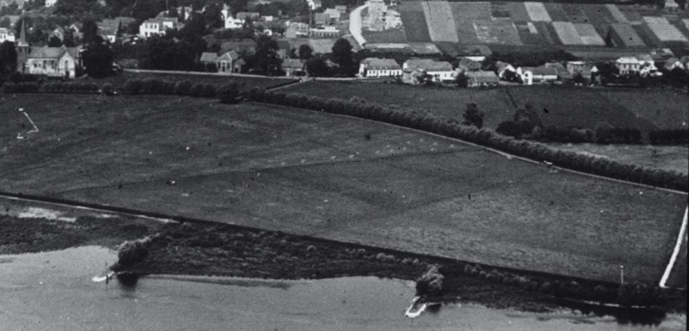 Op deze luchtfoto van voor WOII is de rij panden die we zojuist bekeken in volgorde te zien.