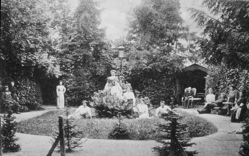 """De tuin van hotel """"de Doornenkamp""""."""