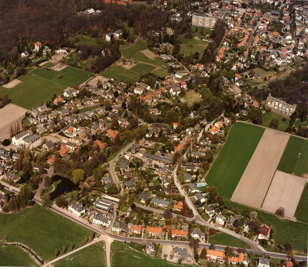 Een na-oorlogse luchtfoto van het gebied Benedendorpsweg vanaf de Ploegseweg tot aan
