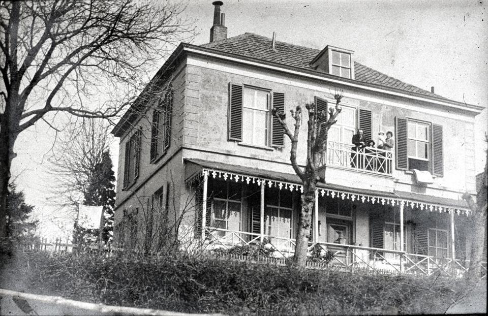 1861 Markus op balkon Gelderse Bloem