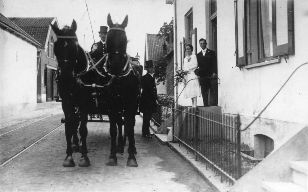 Links de schuur van de graanhandelaar Rijks met rechts het huis op nummer 110.