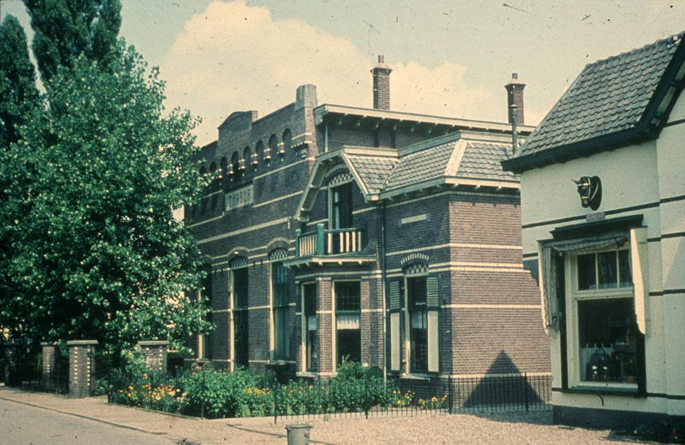 """Het verenigingsgebouw """"Thabor"""" in de jaren `60. Op deze plek staat nu het appartementengebouw op nummer 8. Rechts nog een klein deel van het bedrijf Moller."""