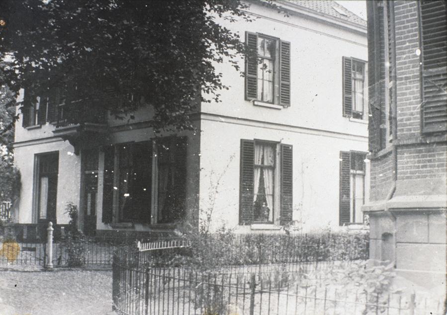 """Het kruispunt Fangmanweg Weverstraat voor WOII. Links de villa """"Vredehof"""" en rechts het woonhuis van het hoofd van de Wilhelminaschool Weenink."""