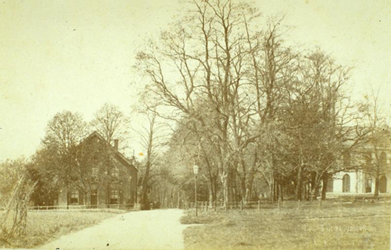 Rechts de ingang van de Hemelsche Berg met aan de oprijlaan het door Kneppelhout verbouwde logement De Witte Poort dat dienst deed als gastenverblijf voor het huis de Hemelsche Berg. Toen het in eigendom kwam van de familie Beelaerts van Blokland werd de naam gewijzigd in Transfalia.