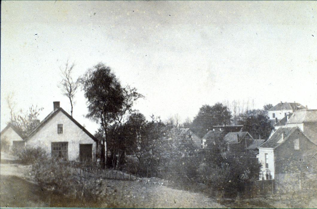 Rechts in her Zweiersdal het huis op Weverstraat 52. Links de huisjes aan het pad Weltevreden op de oosthelling van het Zweiersdal nabij de Molenberg (I).