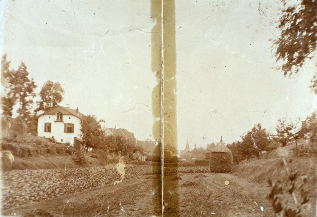 """Links """"Villa Grada"""", gezien vanuit het Zweiersdal. De Dam is hier nog niet aangelegd en dus is er vrij zicht op de lager gelegen delen van het Zweiersdal."""