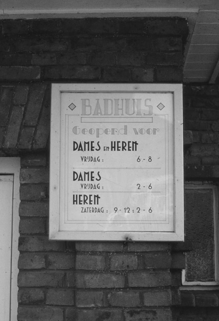 De openingsuren van het badhuis aan de Lebretweg.