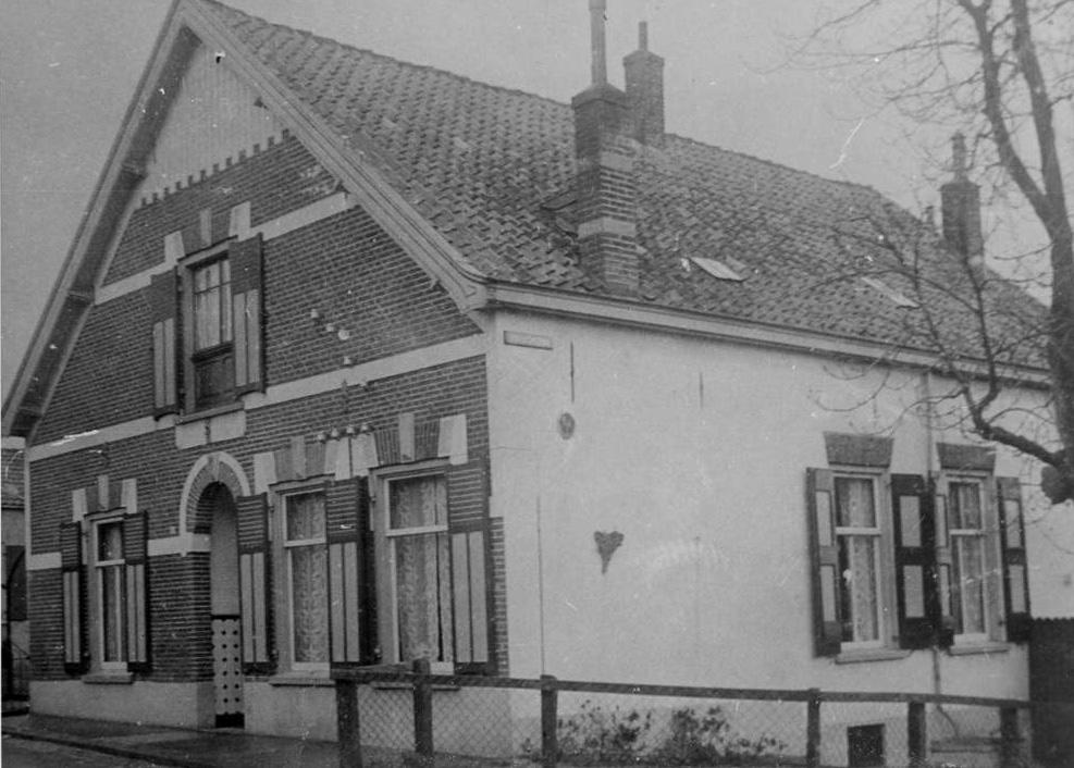 """Benedendorpsweg 114, tegenover """"de Ploeg"""", nog als woonhuis met de voordeur in het midden van de voorgevel."""