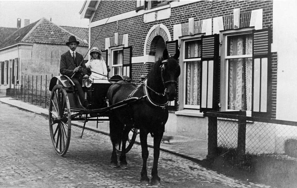 Een koetsje voor het woonhuis op Benedendorpsweg 114.
