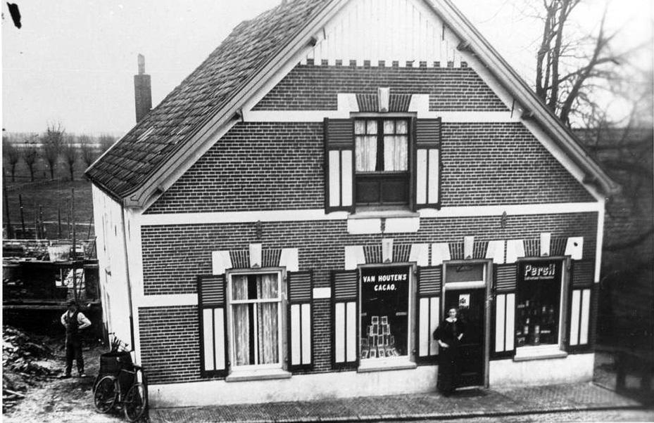 In later jaren verscheen er een kruidenierswinkel met de winkeldeur op de plek van het derde raam van links. Ter plekke van de voordeur bevindt zich nu nu een etalage.