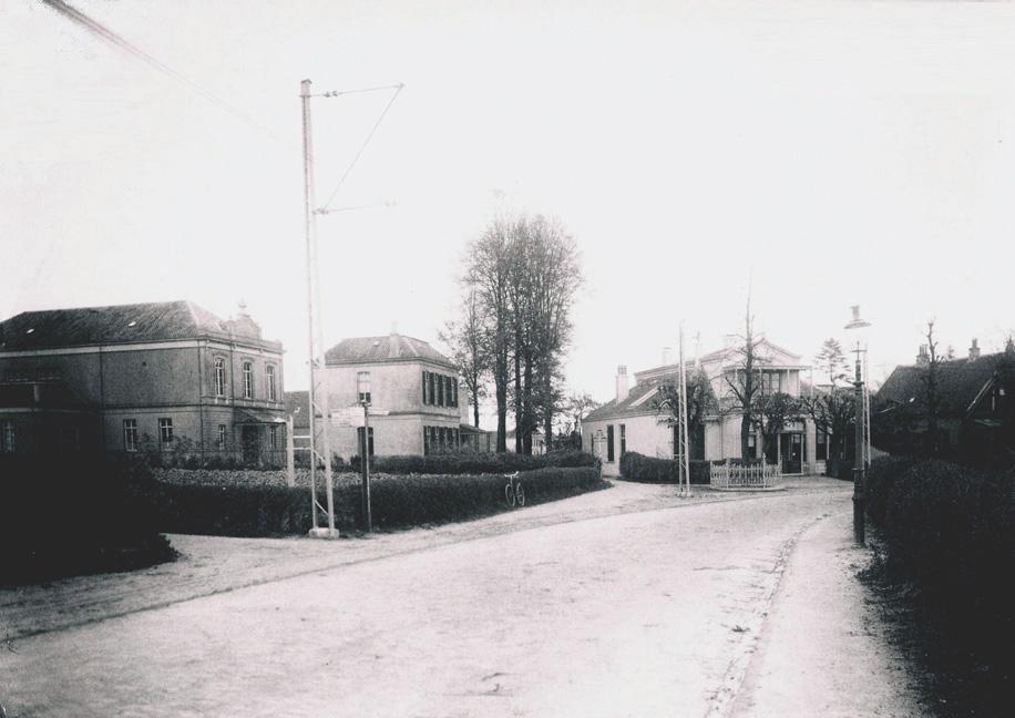 """Links de ingang van de Bildersweg met daarachter de Concertzaal en de ervoor staande villa. Rechts """"Lindenhoek"""" waar de uitgever/boekhandelaar G. Romijn zijn winkel had. Foto 1925."""